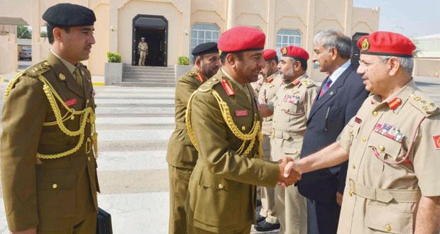 قائد الجيش السلطاني العماني يغادر البلاد
