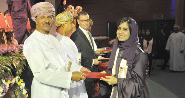 رئيس أركان قوات السلطان المسلحة يرعى احتفال مدارس الصحوة بتخريج الفوج العشرين من طلاب دبلوم التعليم العام