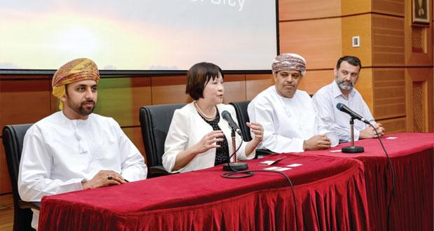 وفد من جامعة سنغافورة للإدارة يزور جامعة السلطان قابوس