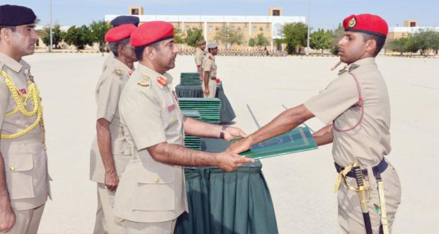 الجيش السلطاني العماني يحتفل بتخريج دورة الضباط الجامعيين التخصصيين
