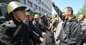 روسيا تسحب قواتها من الحدود الأوكرانية وتدعو لتأجيل استفتاء انفصال (الشرق)