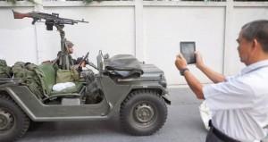 الجيش التايلاندي يعلن القانون العرفي ويدعو للحوار والمتظاهرون بأماكنهم