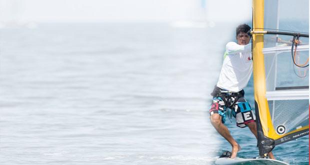 وليد الكندي رائد التزلج على الأمواج ينافس في سباق الإبحار للذهب