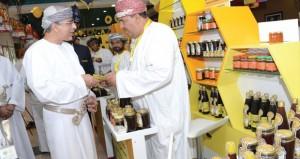 افتتاح معرض سوق بيع العسل العماني باللولو هايبرماركت بوشر