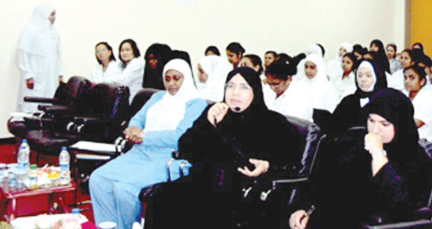 مستشفى السلطان قابوس بصلالة يستعرض دور القابلة في عملية التغيير الايجابي بالمؤسسة الصحية