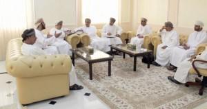 محافظ الداخلية يلقي بمسئولي وسائل الإعلام ومراسلي الصحف بنـزوى