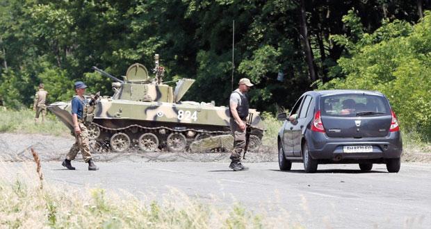 روسيا تعرض الحوار بشأن أوكرانيا وتنفي أي دور عسكري في الأزمة