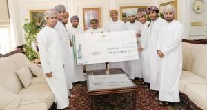 طلاب جامعة السلطان قابوس يتبرعون بريع معرض الكتب المستعملة الخامس إلى جمعية أمل وألم