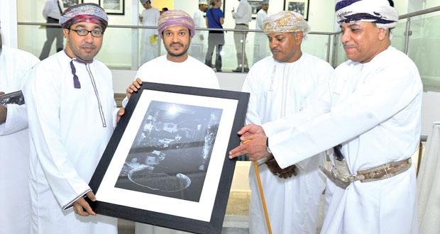 """اختتام معرض """"لحظات في صنعاء"""" للمصورين خميس الريامي وسعيد الحارثي في صالة بيت مزنة"""