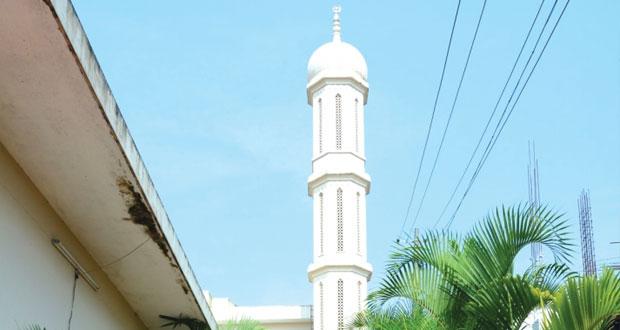 مسجد عمان .. حلقات علم وحفظ للقرآن وافطار جماعي يومي