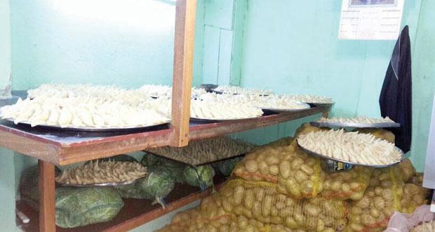 القبض على أيدي عاملة وافدة تقوم بإعداد وجبات بطريقة غير صحية بولاية نزوى