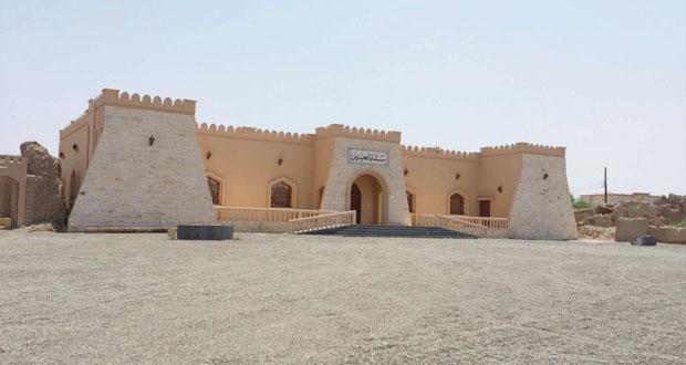 البلدة حظيت بمكتسبات تنموية وحصنها إبداع لهندسة العمارة العمانية القديمة