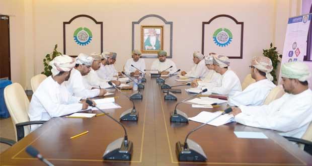 لجنة الصناعة تناقش التحديات التي تواجه الصناعيين في ميناء صحار