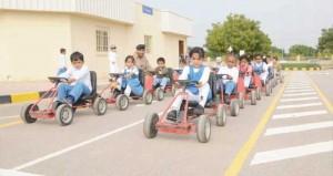 شرطة عمان السلطانية تستعد للعام الدراسي الجديد وتكثف عمل الدوريات المرورية والحركة أمام المدارس