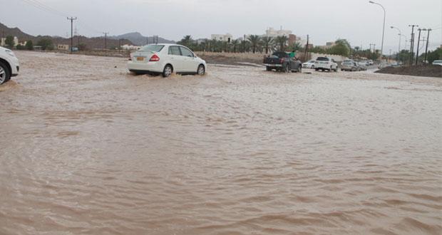 أمطار غزيرة مصحوبة برياح شديدة بولايات نزوى وسمد الشأن وينقل وجريان عدد من الأودية والشعاب