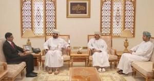 وزير الخدمة المدنية يستقبل مسؤولا بمعهد الإدارة البحريني