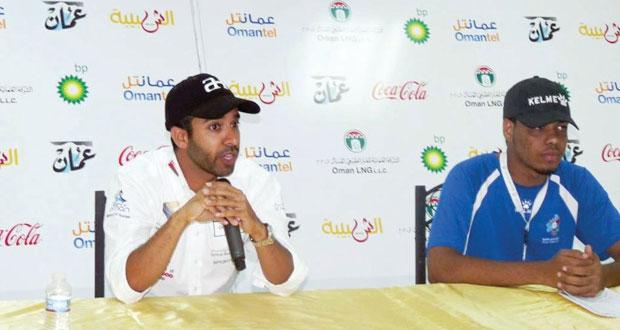 المتسابق الدولي أحمد الحارثي يتحاور مع شباب المعسكر حول مسيرته في سباقات السيارات