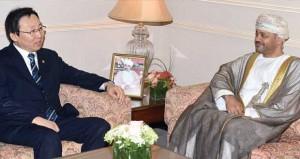 بدر بن حمد يستقبل نائب وزير التجارة والصناعة والطاقة الكوري