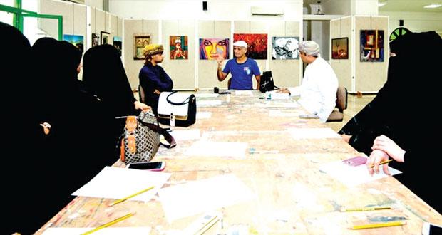 """أنور سونيا يحاضر نظريا وعمليا في """"فن التجرد الحديث"""" في محافظة ظفار"""