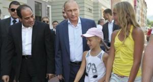 مصر: السيسي يدعو إلى (تعاون قوي) مع روسيا ويستهل زيارته بتفقد معدات عسكرية