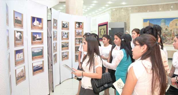 """أفواج الزوار تتواصل بمعرض """"عمان قريبة وإن كانت بعيدة"""""""