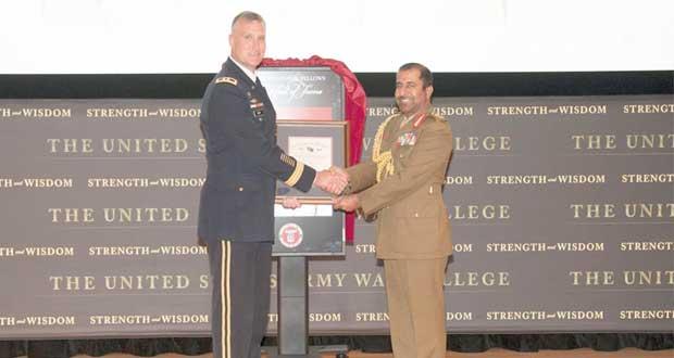 قائد الجيش السلطاني العماني يتسلم شهادة الزمالة الشرفية من كلية الحرب العليا الأمريكية