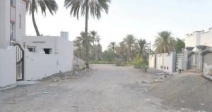 أهالي أحد أحياء حلة السرد بالسيب ينتظرون المياه الحكومية ورصف وإنارة الطريق المؤدي لمنازلهم