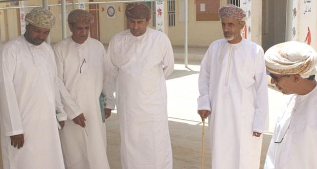 مدير عام تعليمية ظفار يتابع العمل في عدد من مدارس ولاية شليم وجزر الحلانيات