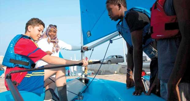 عُمان للإبحار تبرم شراكة مع مجموعة تاليس العالمية لتدريب الأطفال في مدرسة المصنعة