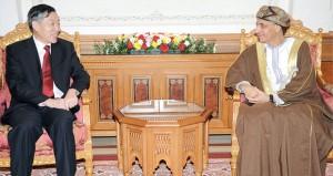 نيابة عن جلالة السلطان ..فهد بن محمود يستقبل السفير الصيني