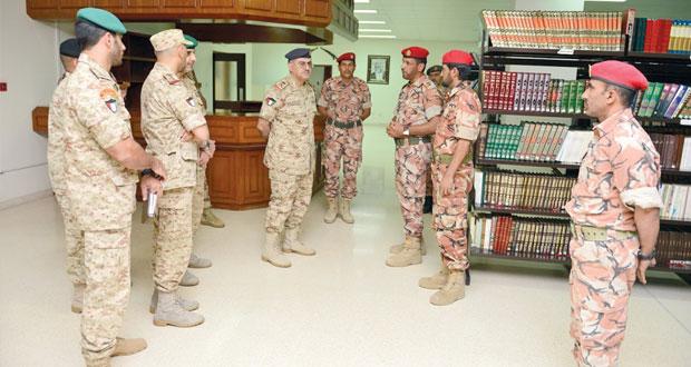 الوفد العسكري الكويتي يزور كلية السلطان قابوس العسكرية