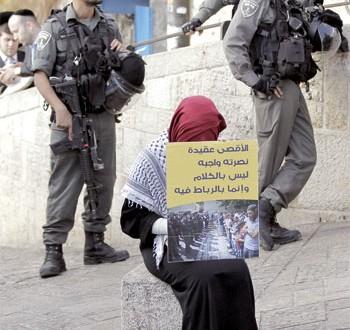 الاحتلال يصيب عشرات الفلسطينيين لتصديهم لقطعان مستوطنيه بـ (الأقصى)