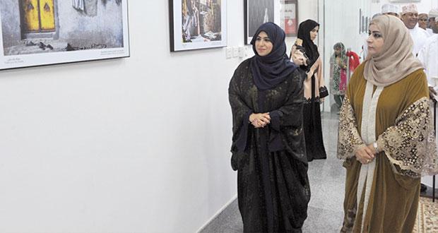 """""""السيابية"""" تفتتح المعرض الخامس للمصورات العمانيات"""