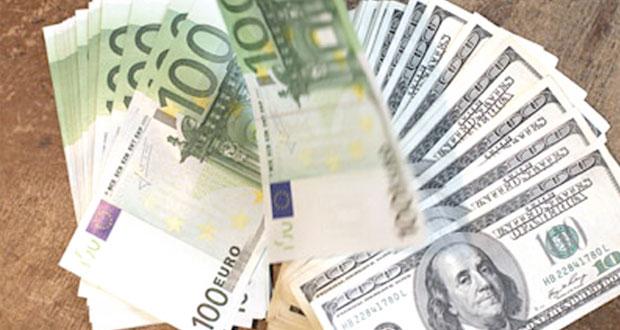 الدولار يقفز أمام الين بعد تيسير للسياسة النقدية اليابانية