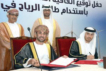 السلطنة وحكومة أبوظبي توقعان اتفاقية إنشاء أول محطة لتوليد الكهرباء من طاقة الرياح بتكلفة 125 مليون دولار أميركي