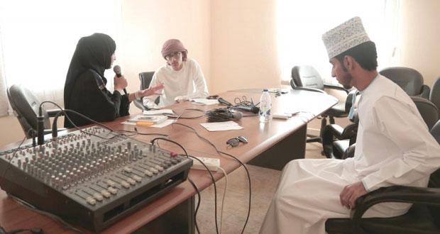 تطبيقية نزوى تنظم حلقات عمل في الصحافة والتصوير وتبدأ البث الإذاعي