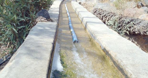 """ضعف منسوب المياه في الساقية التي أنشأتها البلديات بقرية """"عباية"""" بولاية قريات"""