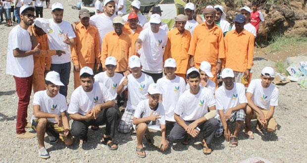 """""""بيئة"""" تنظم حملة لتنظيف المواقع السياحية بمحافظة جنوب الباطنة"""