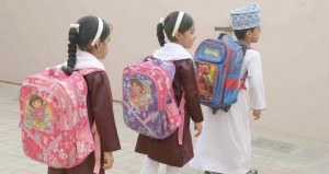 الحقيبة المدرسية حين تنوء بحملها أجساد التلاميذ