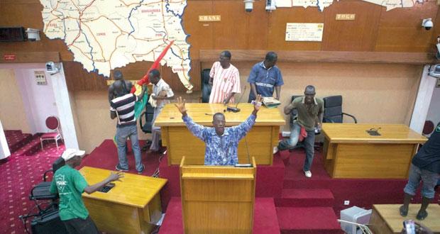 بوركينا فاسو: محتجون يقتحمون البرلمان والحكومة تلغي تعديلات دستورية