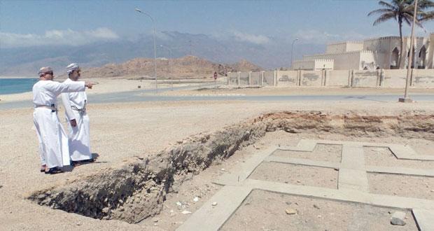 هيثم بن طارق يطلع على المعالم والمواقع الأثرية والتاريخية في محافظة ظفار