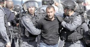 """الفلسطينيون يتصدون لاقتحام المستوطنين """" الأقصى """" والاحتلال يقمعهم ويصيب العشرات منهم"""