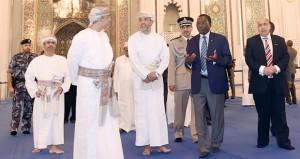 رئيس وزراء تنزانيا يزور جامع السلطان قابوس الأكبر