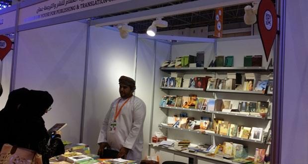 حضور واسع لدور النشر العمانية بمعرض الشارقة الدولي للكتاب في دورته الـ33