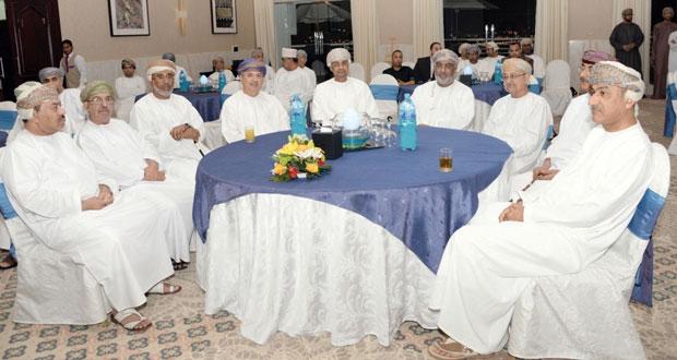 """عبدالله بن عباس يدشن ويوقع كتابه """"مسقط الفخر"""" تزامنا مع احتفالات العيد الوطني المجيد"""