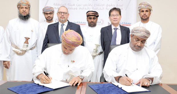 التوقيع على اتفاقيتي منح حقوق الانتفاع بالأرض لشركة مصفاة الدقم والصناعات البتروكيماوية ومذكرة تفاهم لتطوير الموارد البشرية