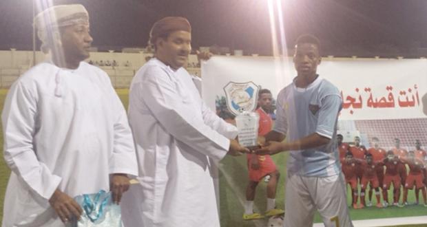 إدارة فريق الحيرة بنادي الوحدة تكرم منذر العلوي لاعب المنتخب العماني للشباب
