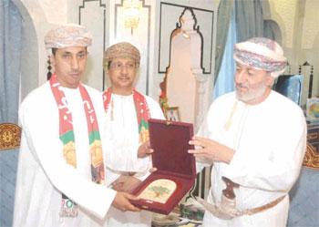 وزير الدولة ومحافظ ظفار يستقبل أعضاء فرقة مسرح ظفار المسرحية الأهلية