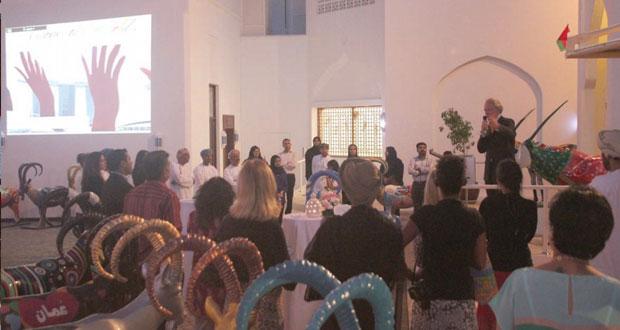 """متحف بيت الزبير يزيح الستار عن """"عناق العالم"""" للفنانة السويسرية راي موند بمساعدة أربعة فنانين عمانيين"""