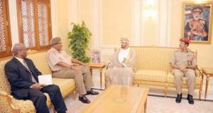 بدر بن سعود يستقبل رئيس أركان قوات الدفاع الوطني بجنوب أفريقيا